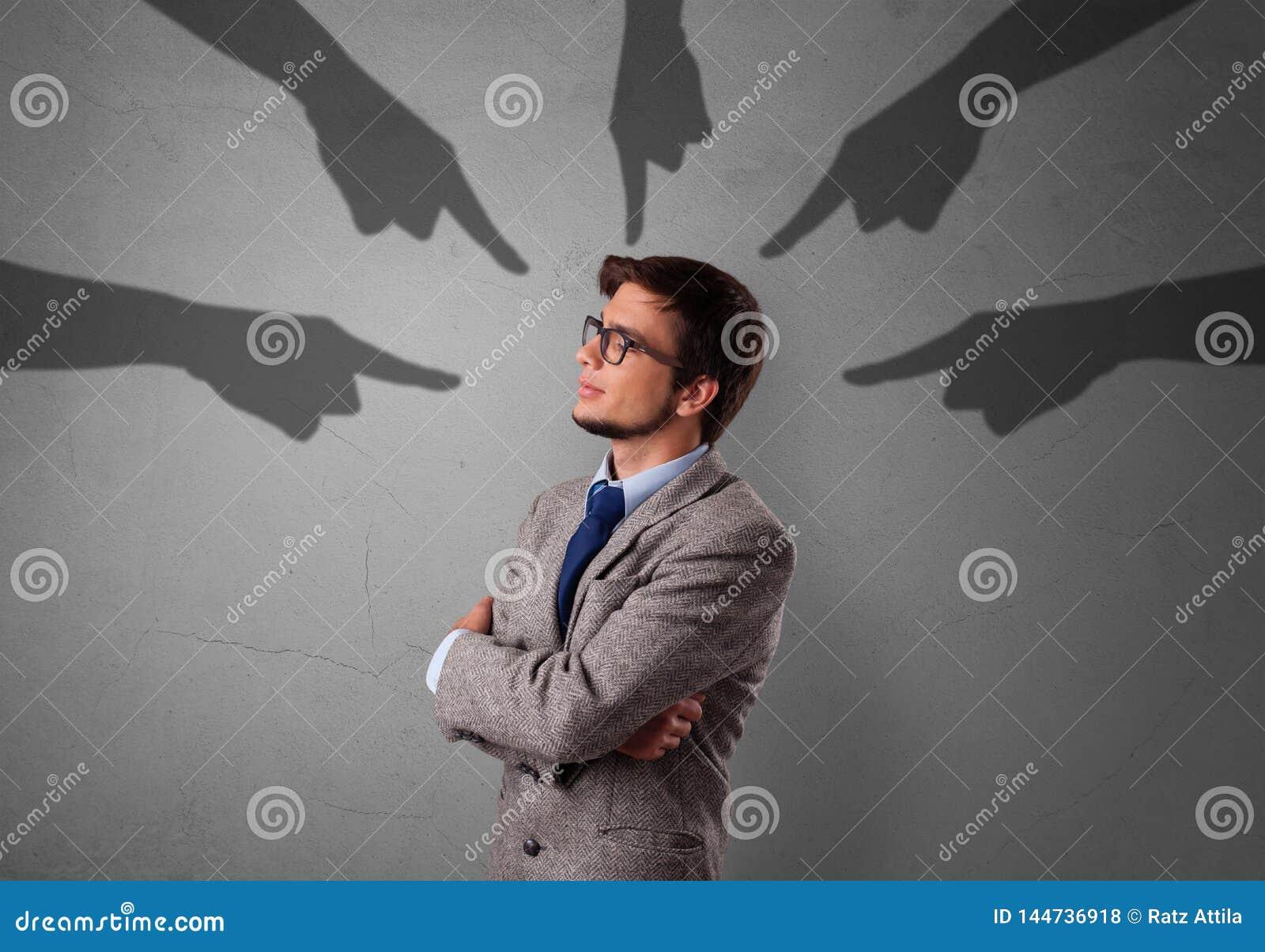 Estudiante con se?alar concepto de las manos