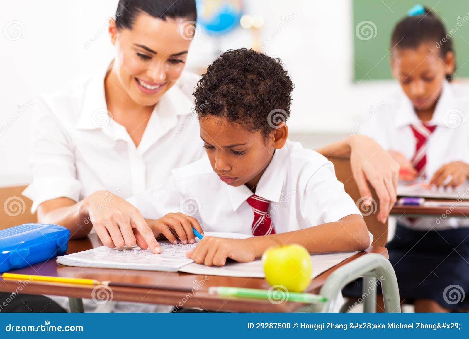 Estudiante y estudiante en clase