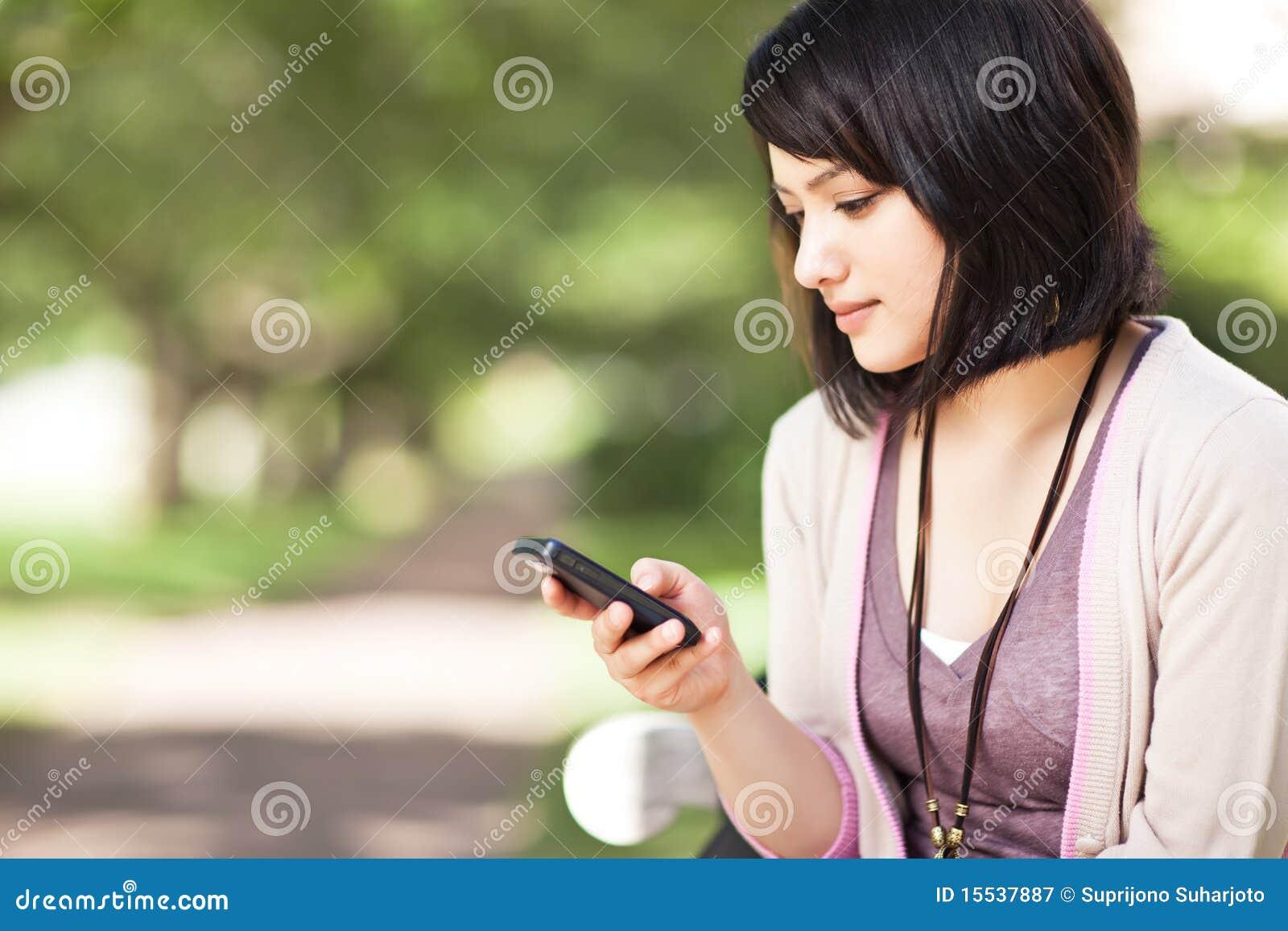 Estudiante de la raza mezclada texting