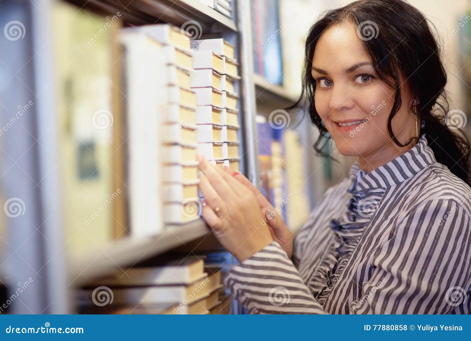 Estudiante En La Biblioteca Que Parece Muy Feliz Foto de archivo