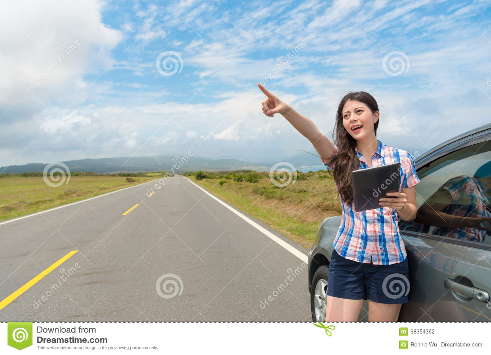 Estudiante feliz elegante con el coche en el camino
