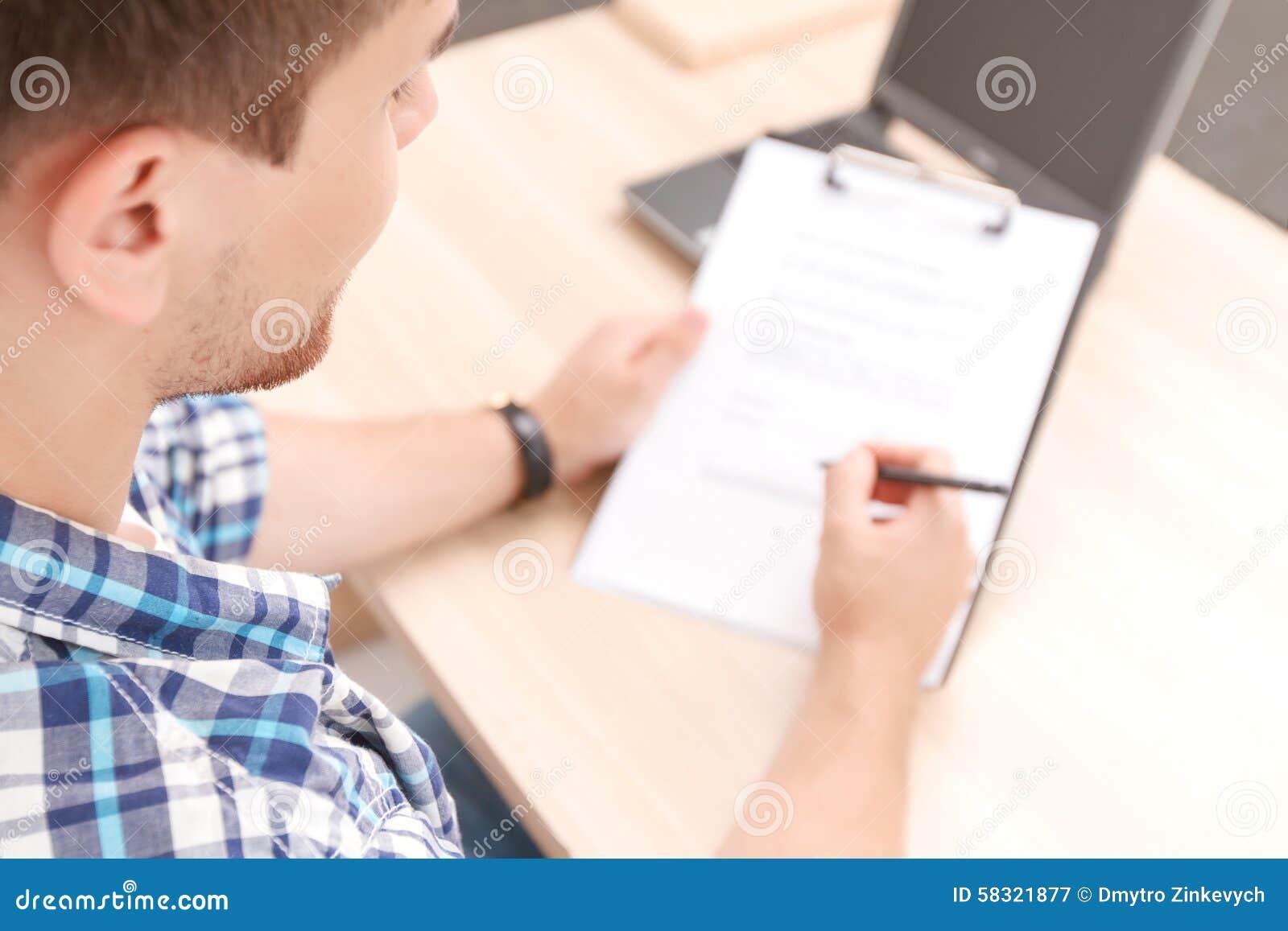 Estudiante joven que trabaja en proyecto