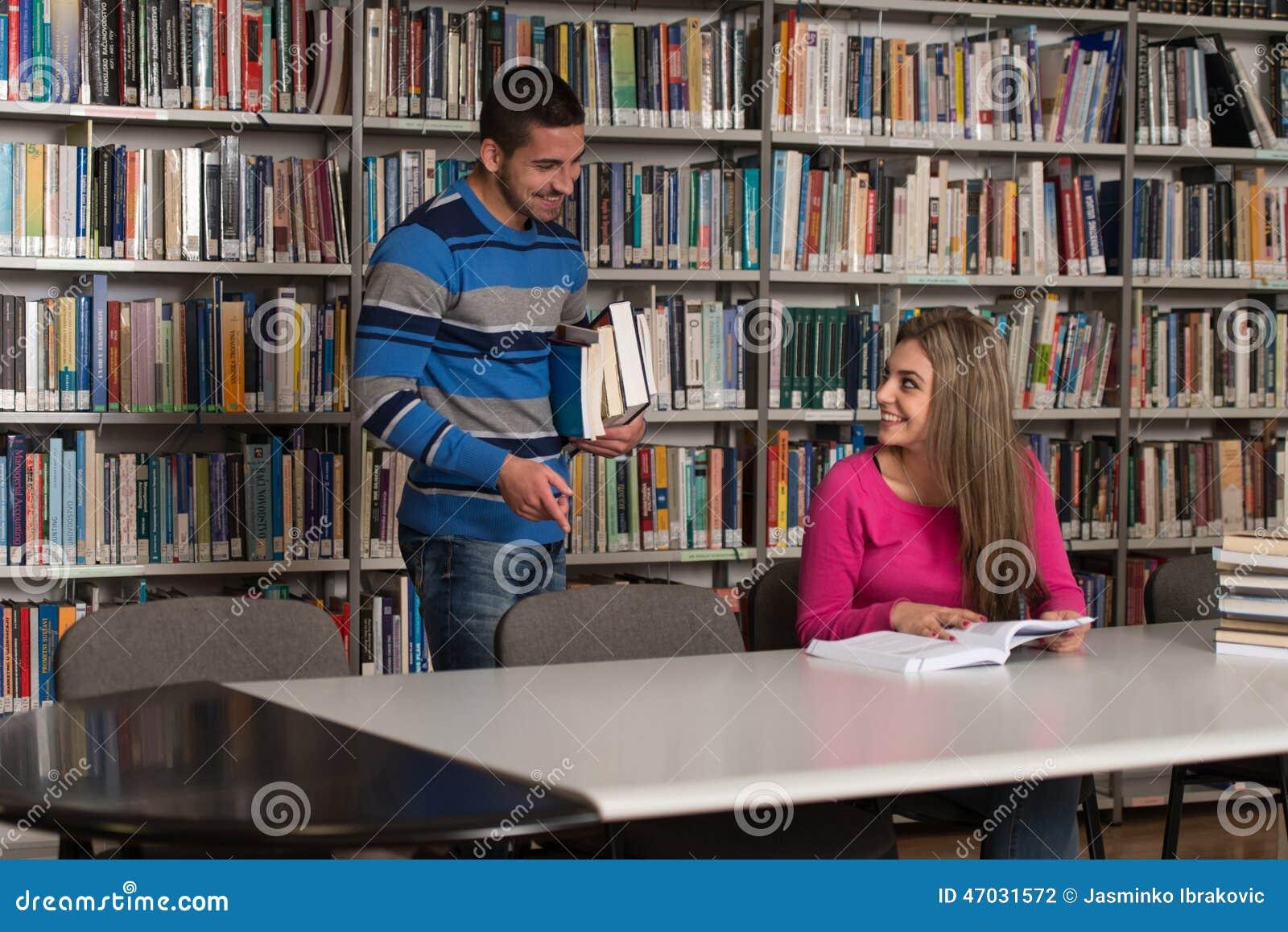 Estudiante masculino hermoso Asking For Studying junto