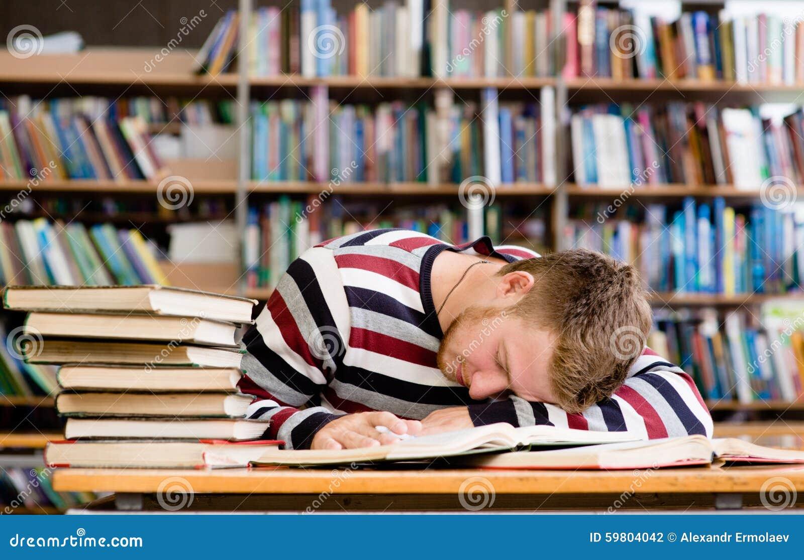 Estudiante masculino Sleeping In Library