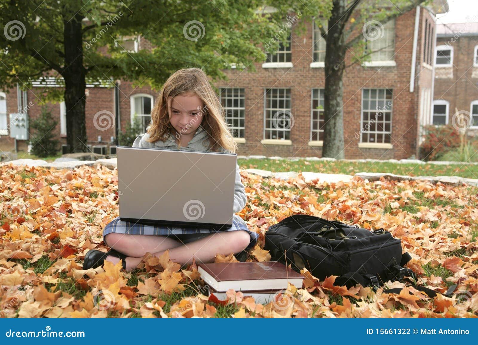 Estudiante que estudia al aire libre