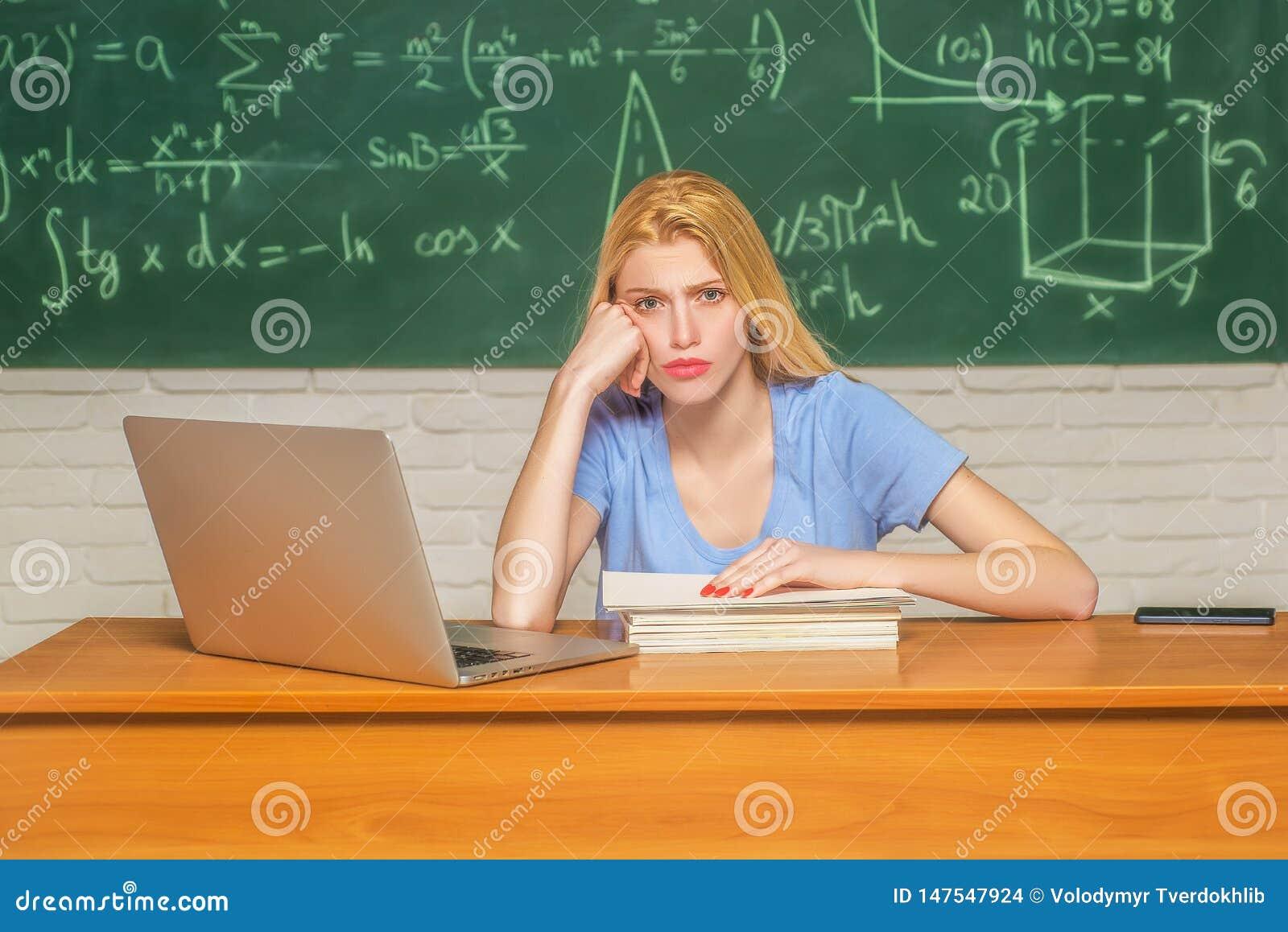 Estudiante que estudia los dolores de cabeza subrayados para la prueba o los ex?menes en sala de clase overworked lanzamiento De