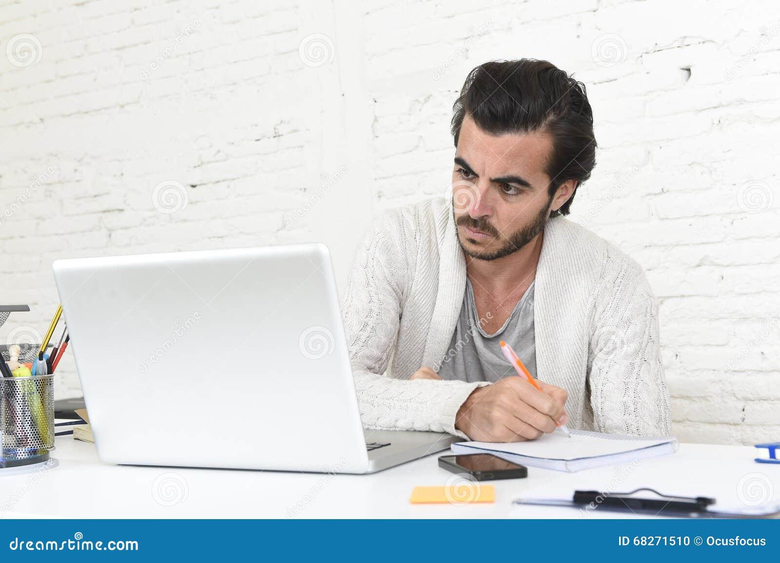 Estudiante que prepara proyecto de la universidad u hombre de negocios del freelancer del estilo del inconformista que trabaja co