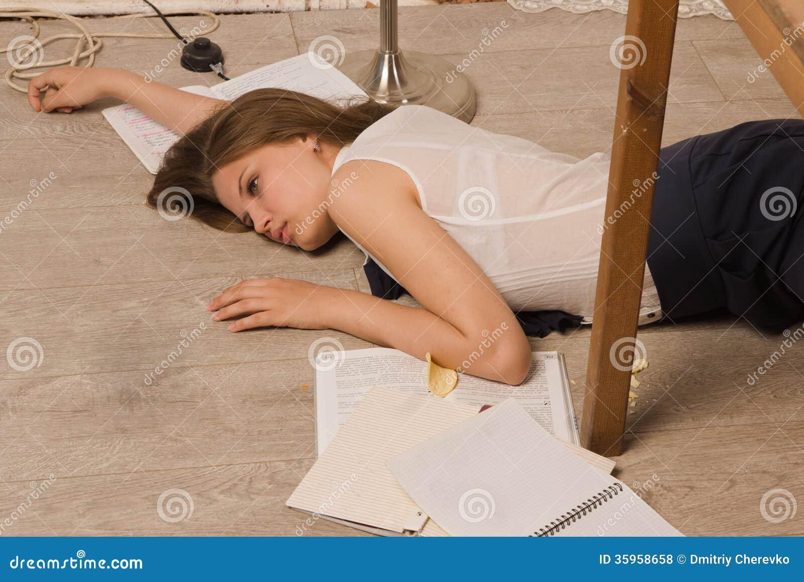 Estudiante universitaria sin vida en un piso