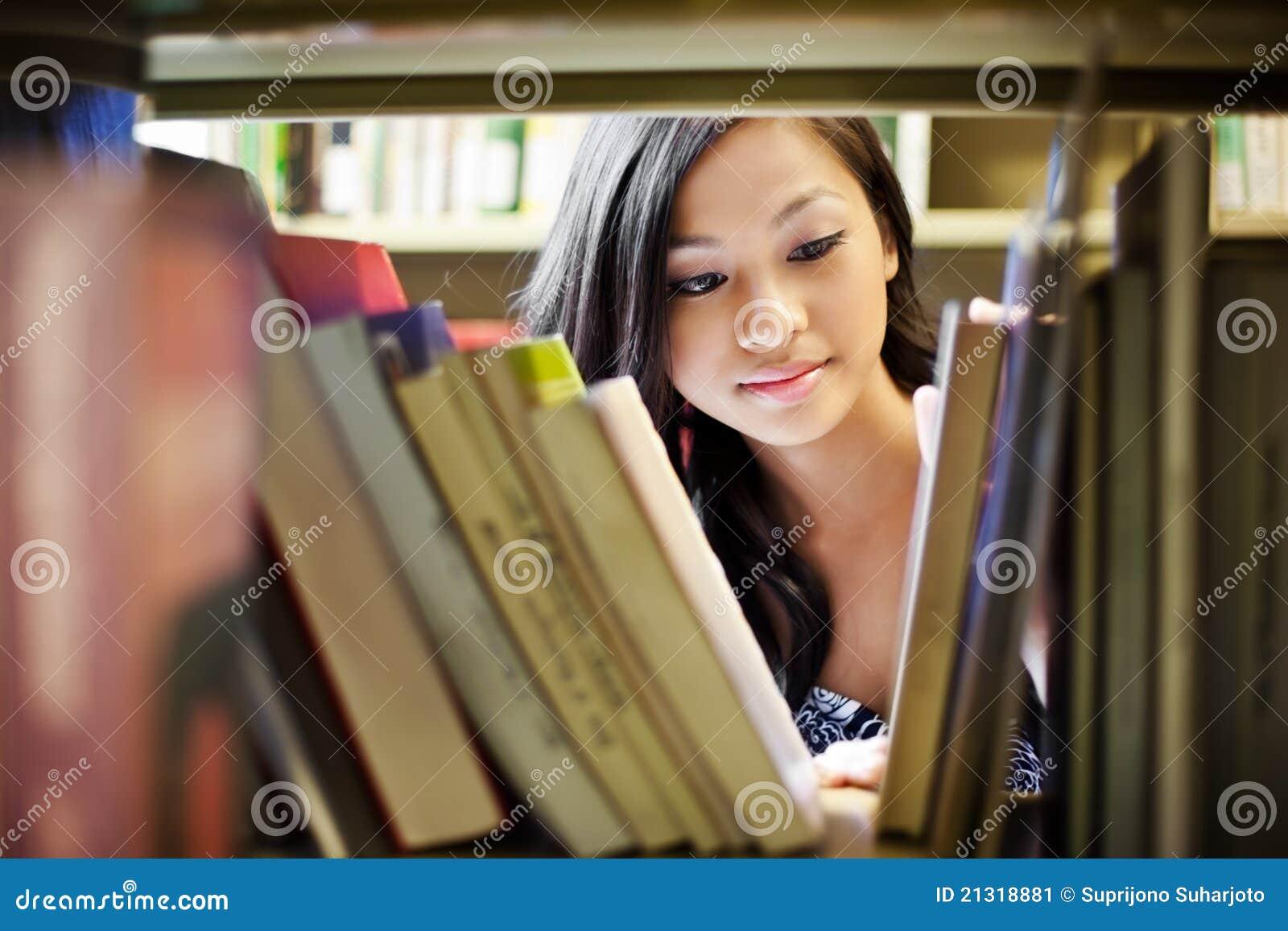 Estudiante universitario asiático