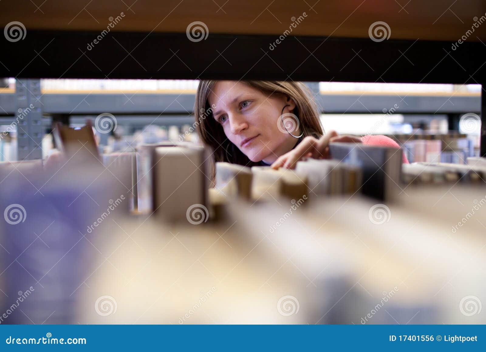 Estudiante universitario de sexo femenino en una biblioteca