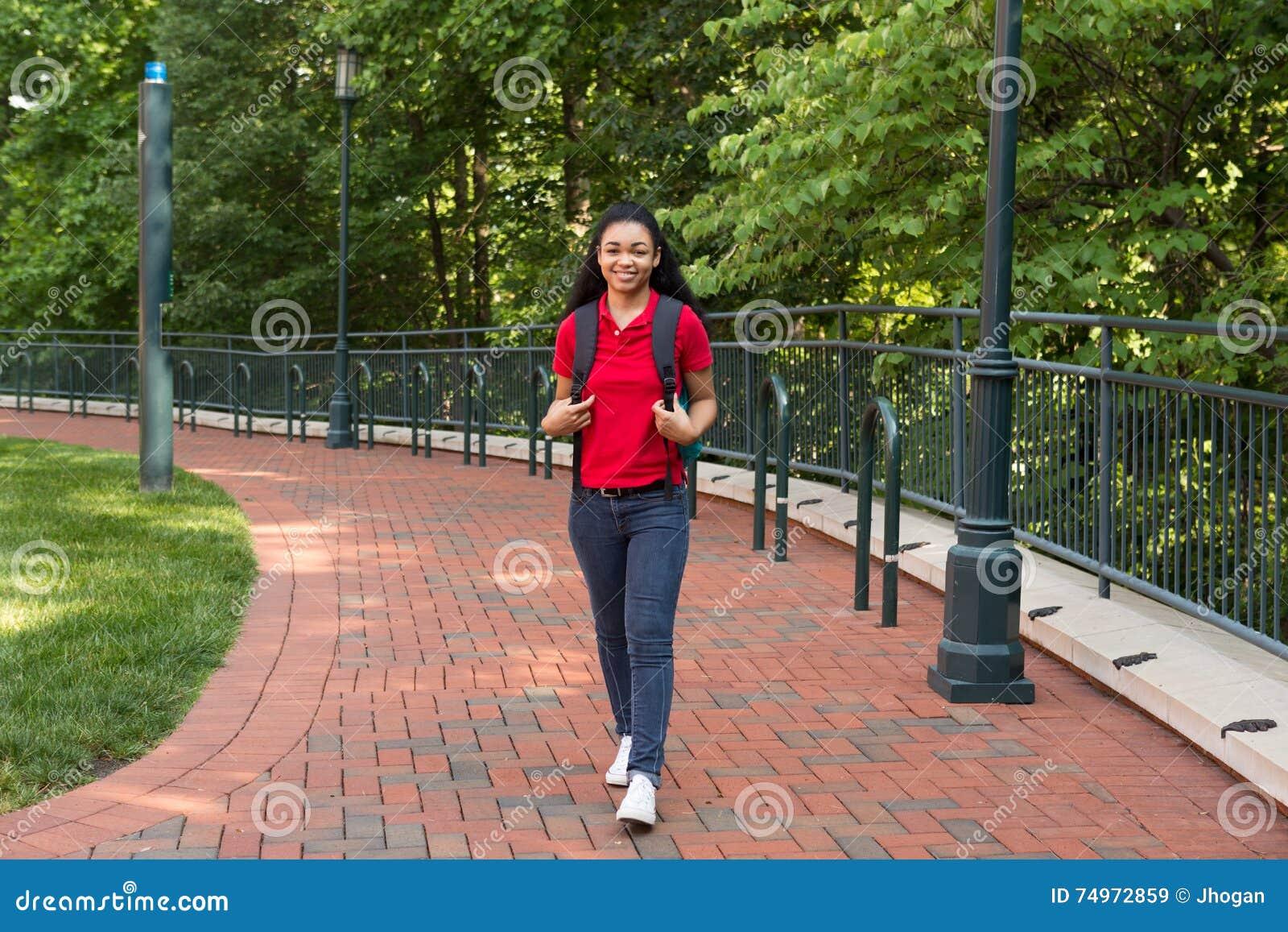 Estudiante universitario en campus