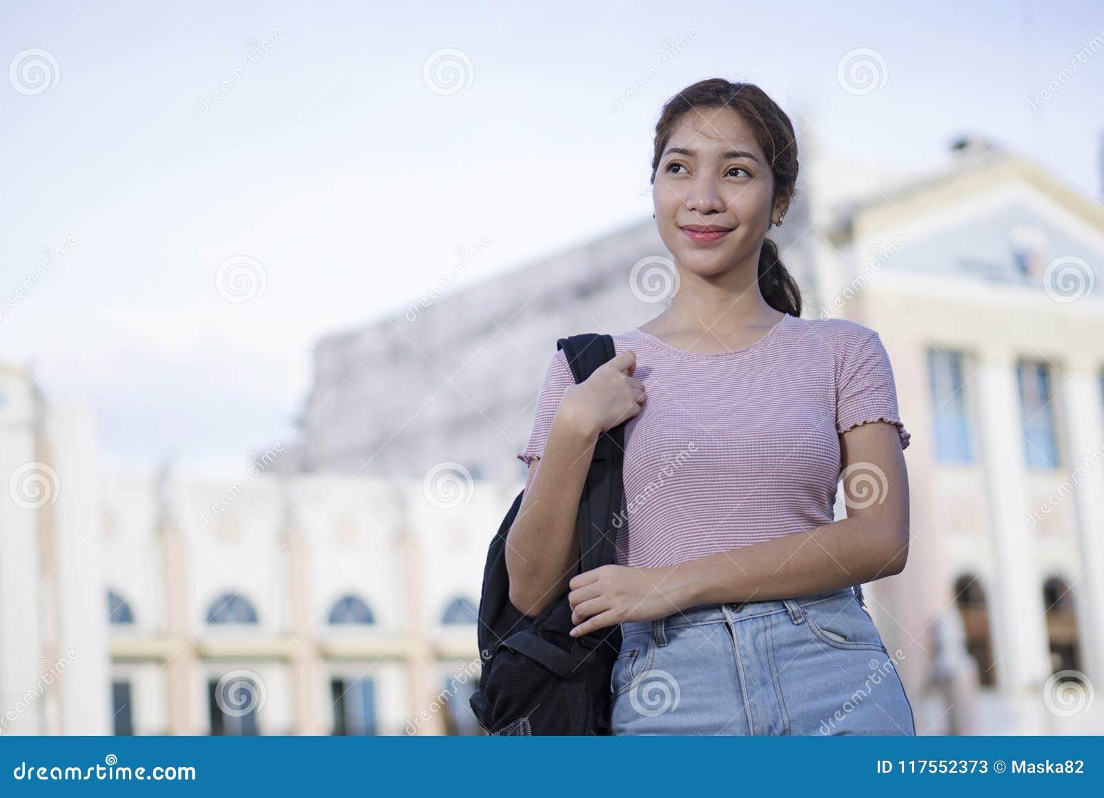 Estudiante universitario joven With Her Backpack
