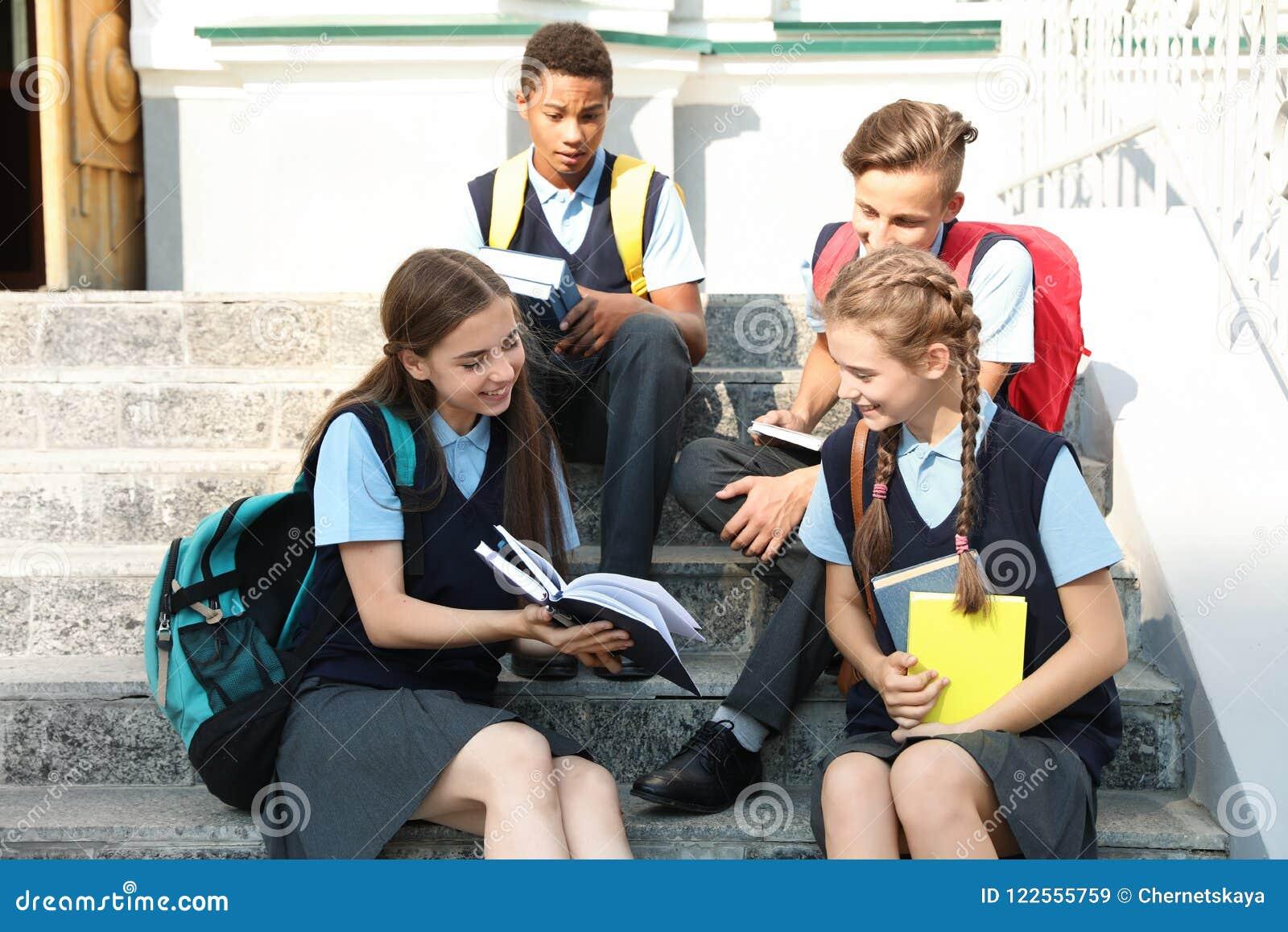 Estudiantes adolescentes en uniforme escolar elegante