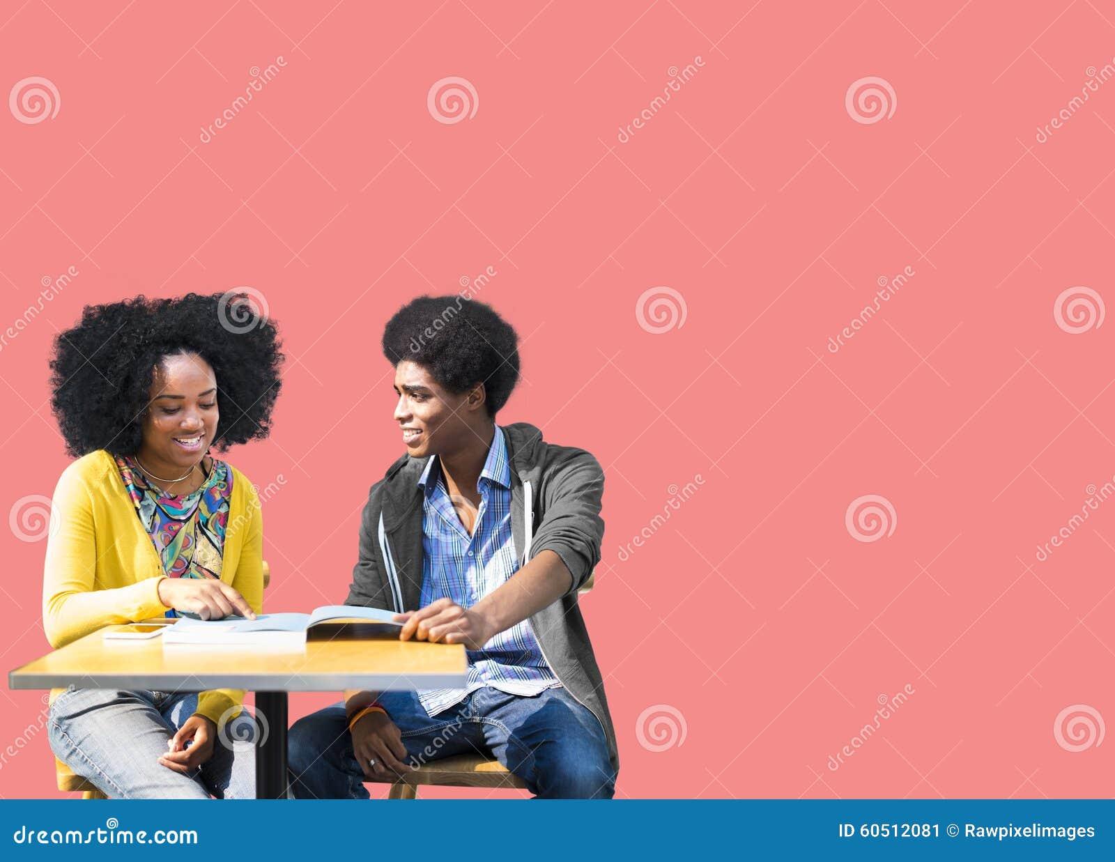 Estudiantes africanos que estudian aprendiendo la educación