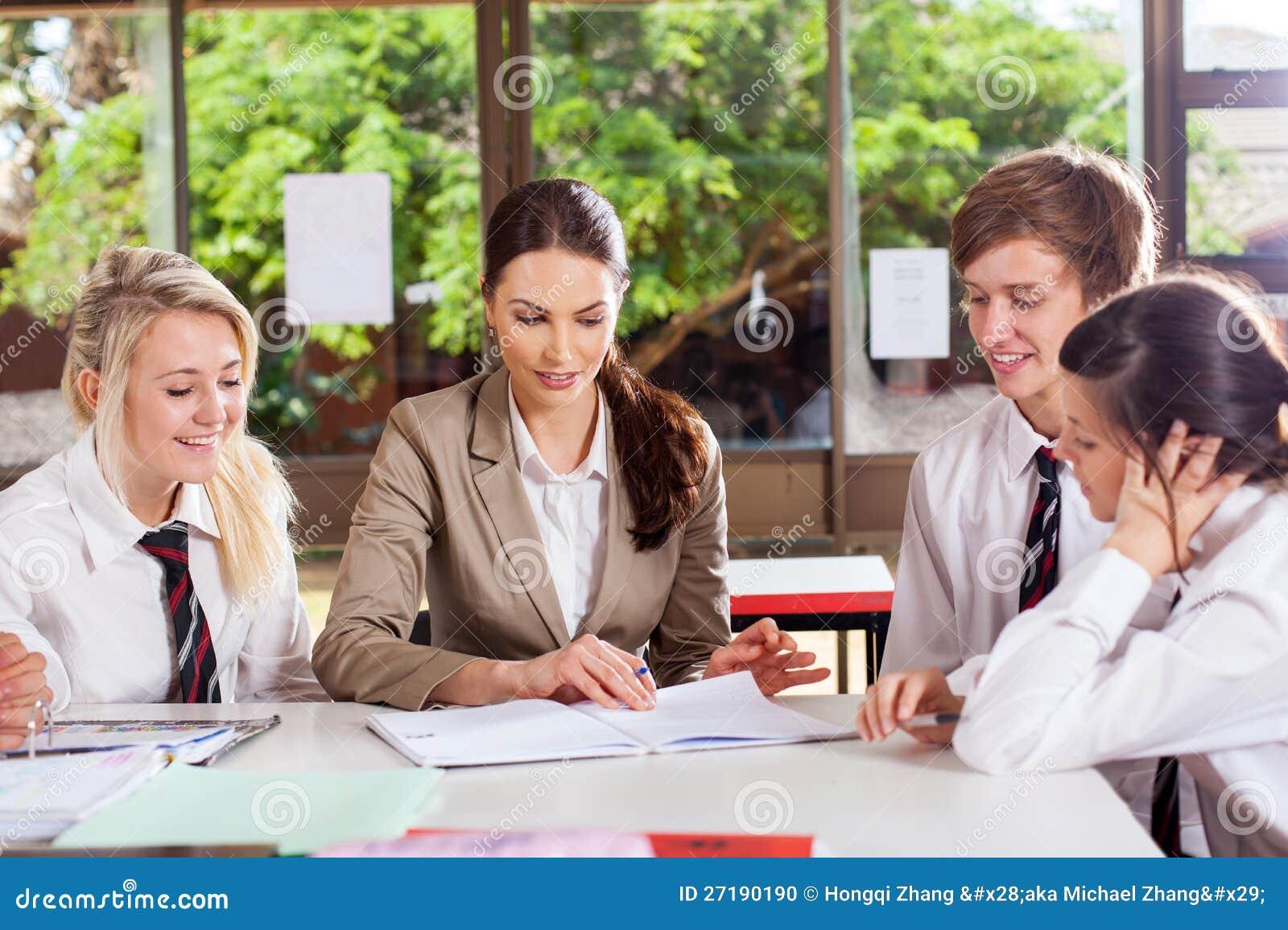 Estudiantes de ayuda del profesor