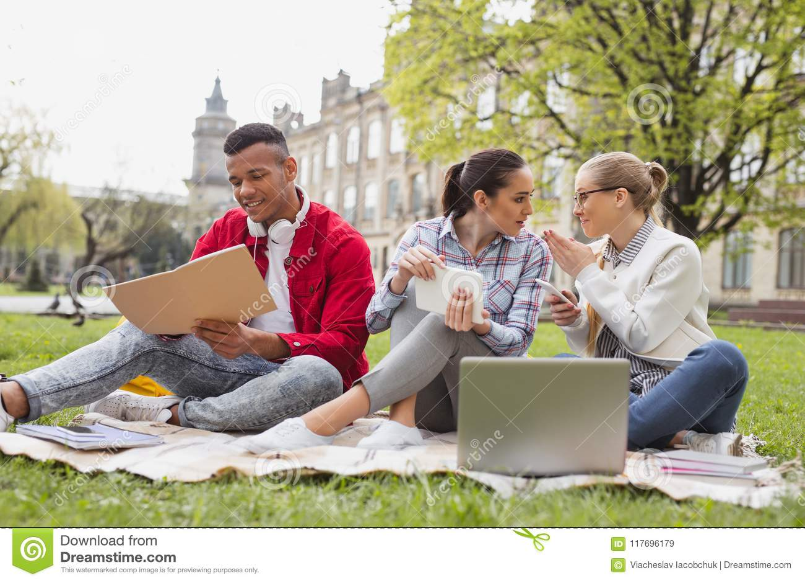 Estudiantes de intercambio que charlan con uno a que pasa el tiempo libre junto