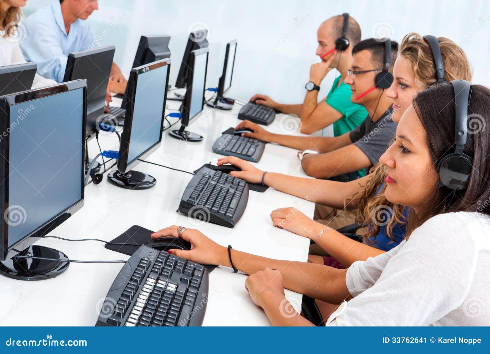 Estudiantes de intercambio que trabajan en los ordenadores.