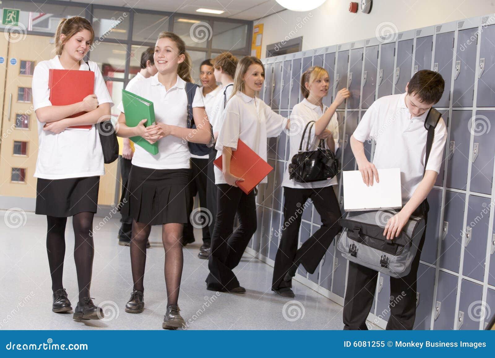 Estudiantes de la High School secundaria por los armarios