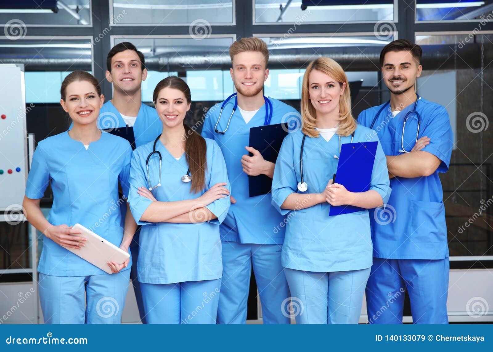 Estudiantes de medicina jovenes