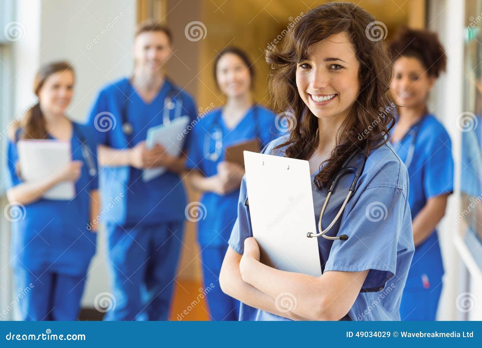 Estudiantes de medicina que sonríen en la cámara