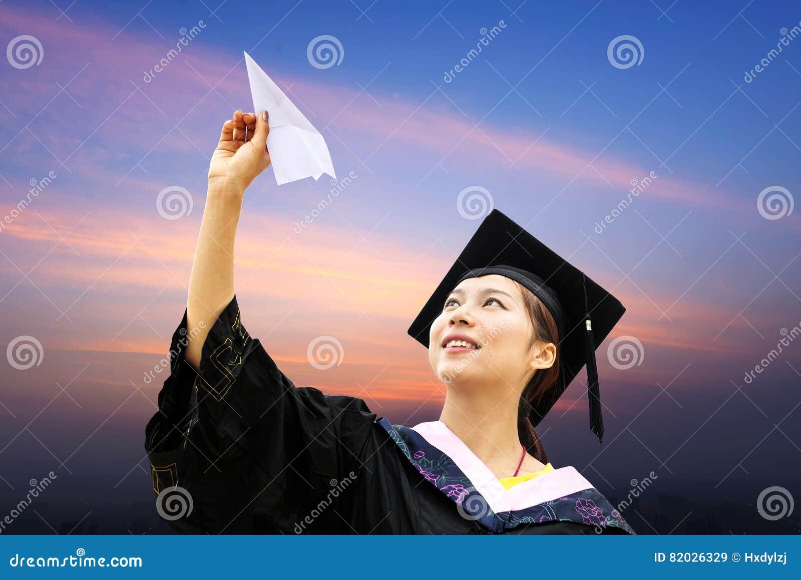 Estudiantes doctorales de una ropa de la graduación que llevan