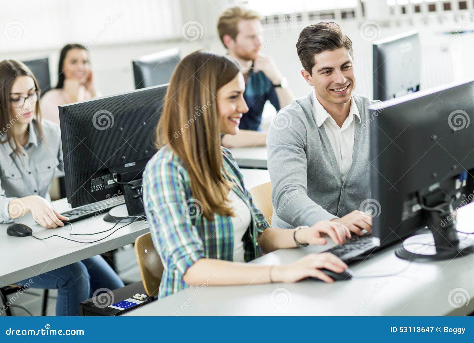 Estudiantes en la sala de clase