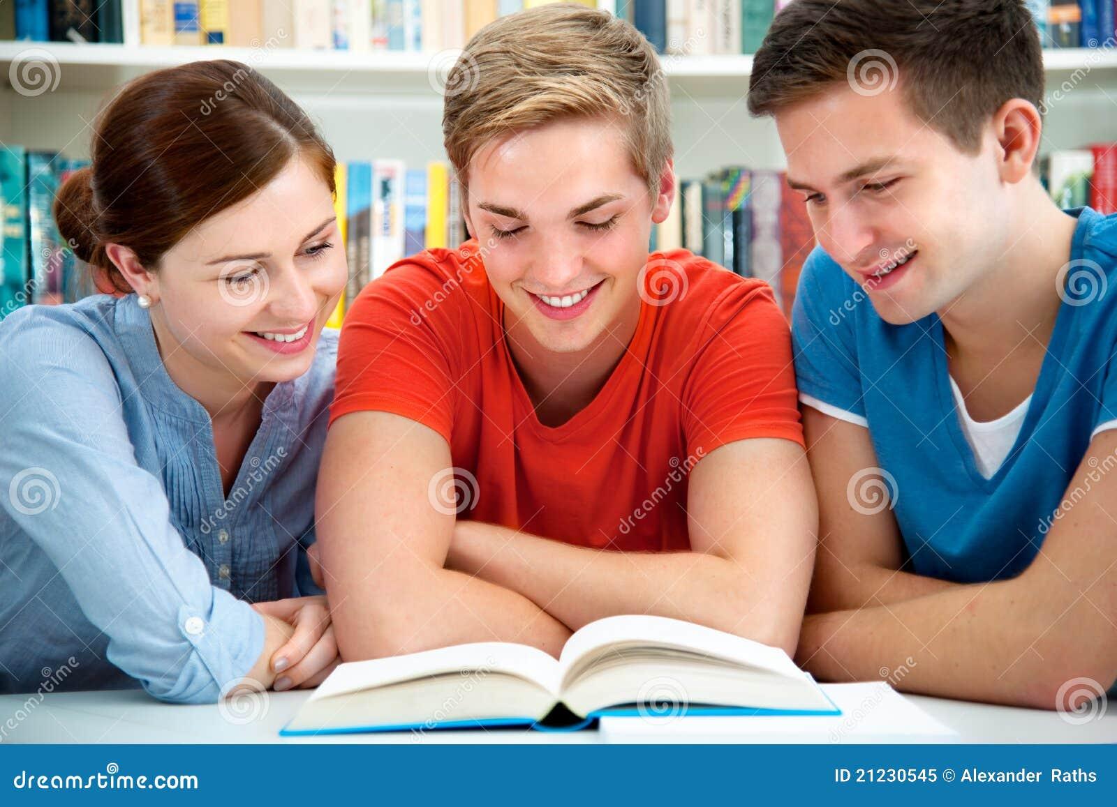 Estudiantes en una biblioteca de universidad