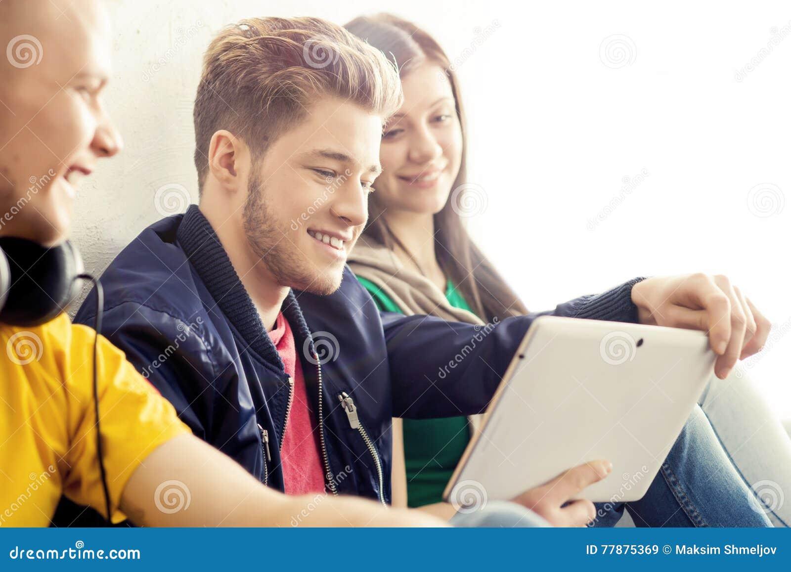 Estudiantes Felices Con Una Tableta Foto de archivo