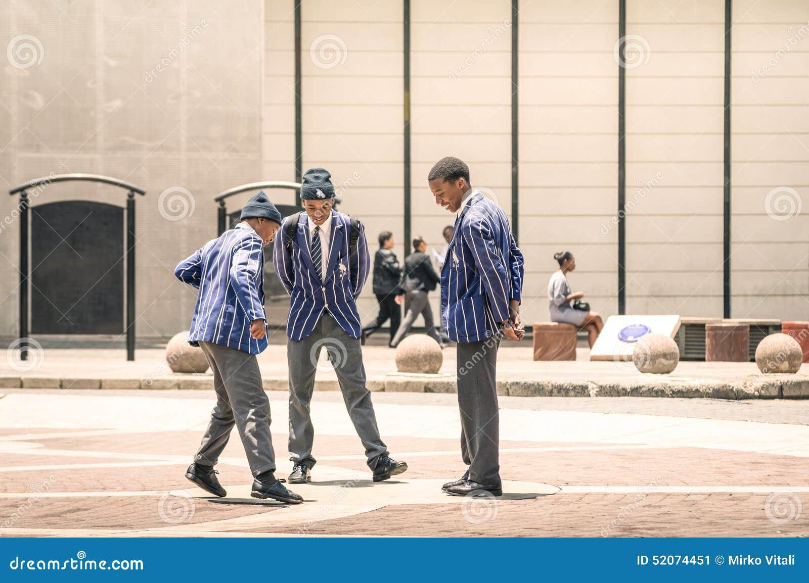 Estudiantes jovenes en el cuadrado Johannesburgo de Gandhi