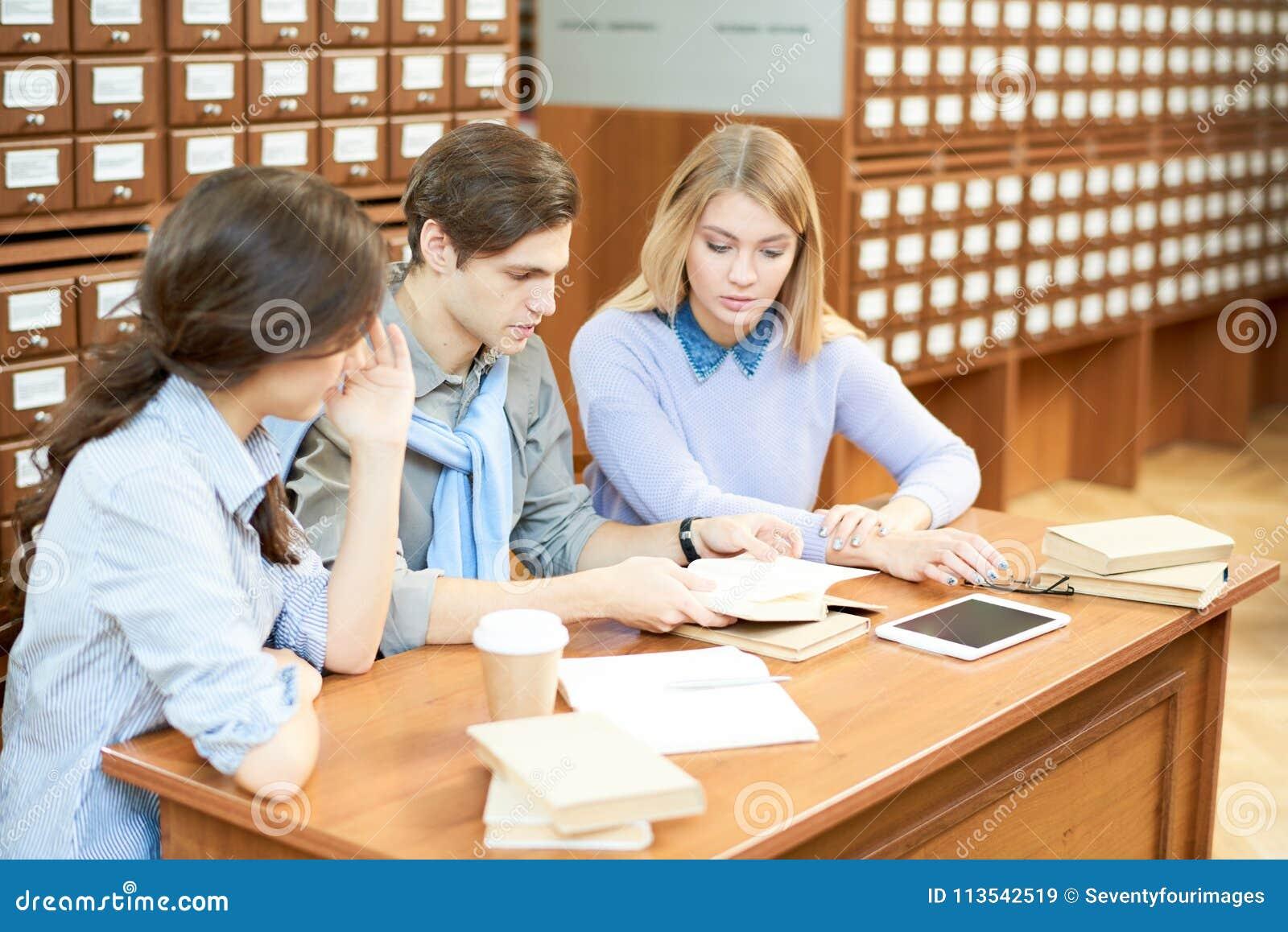 Estudiantes ocupados que estudian en biblioteca