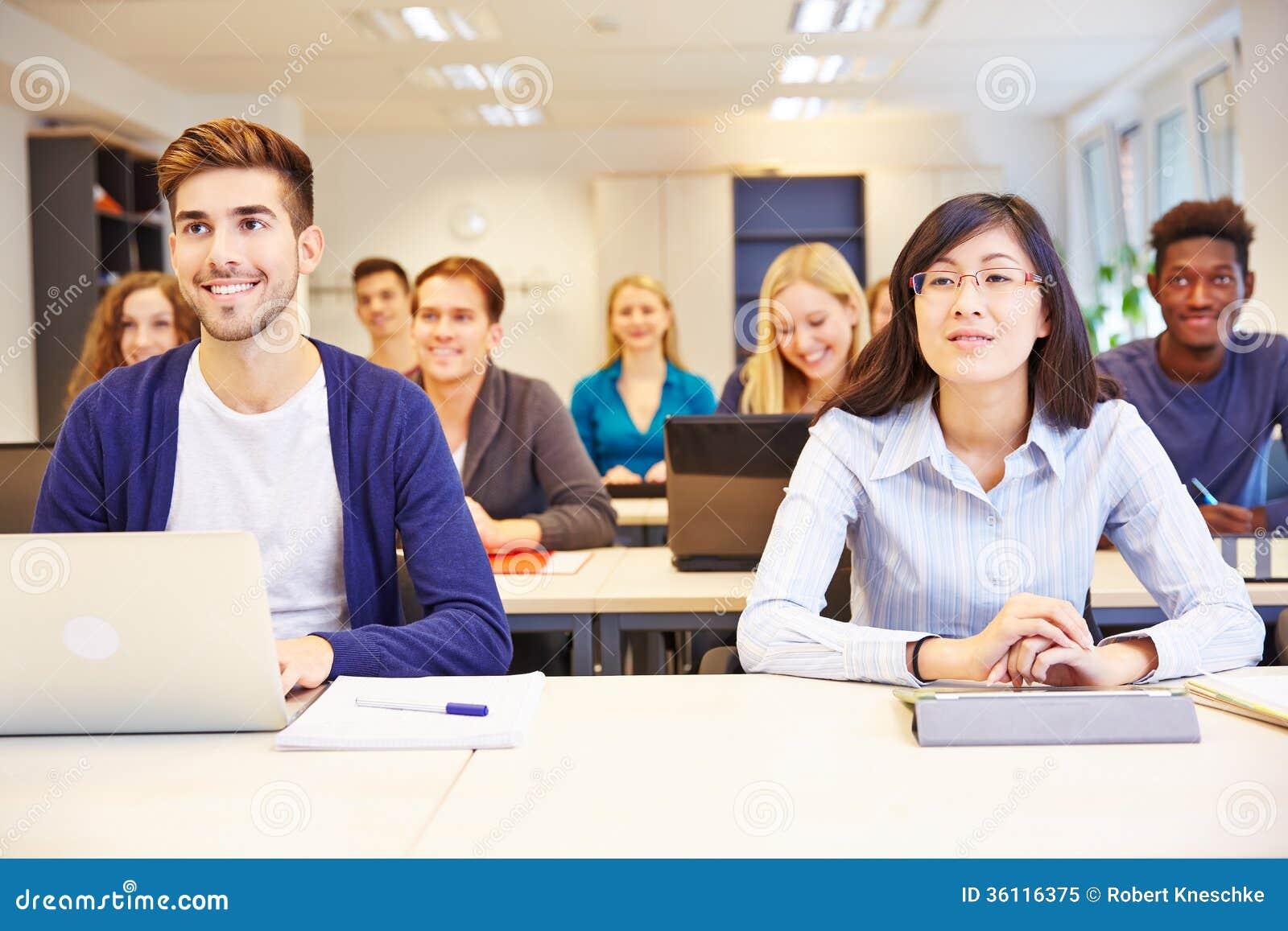 Estudiantes que aprenden en clase de la universidad