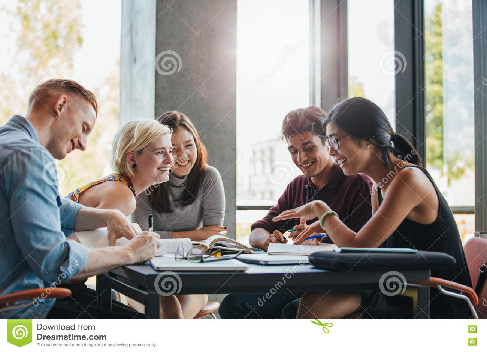 Estudiantes que estudian en biblioteca de universidad