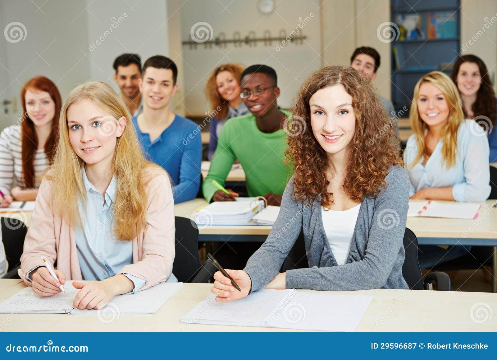 Estudiantes que se sientan en universidad
