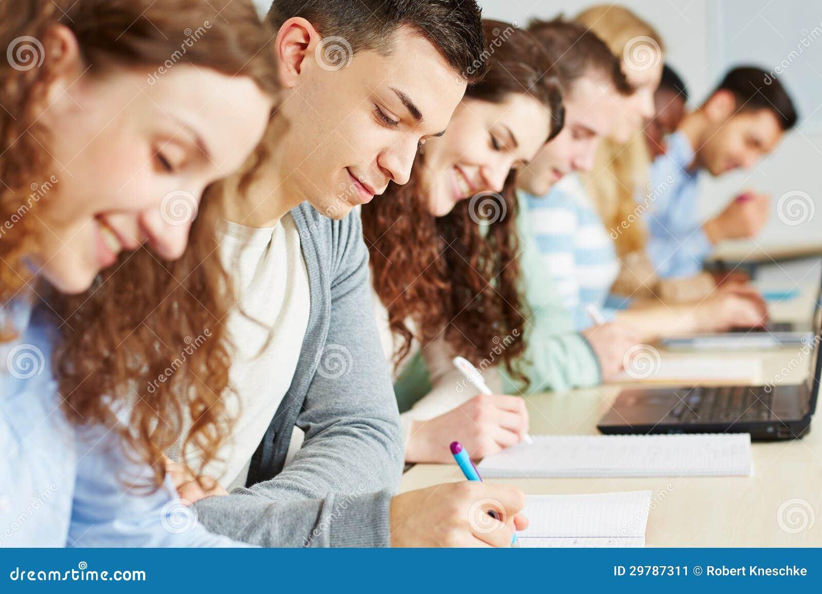 Estudiantes que toman el examen en universidad