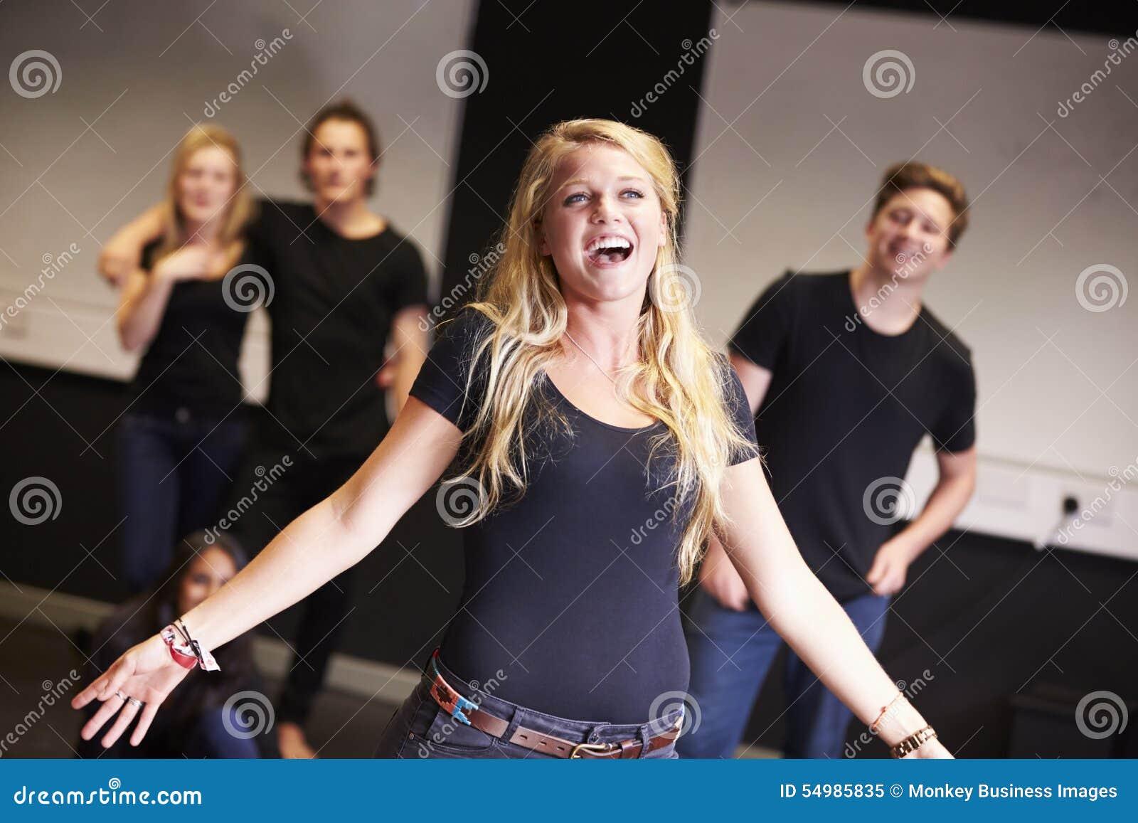 Estudiantes que toman la clase del canto en la universidad del drama