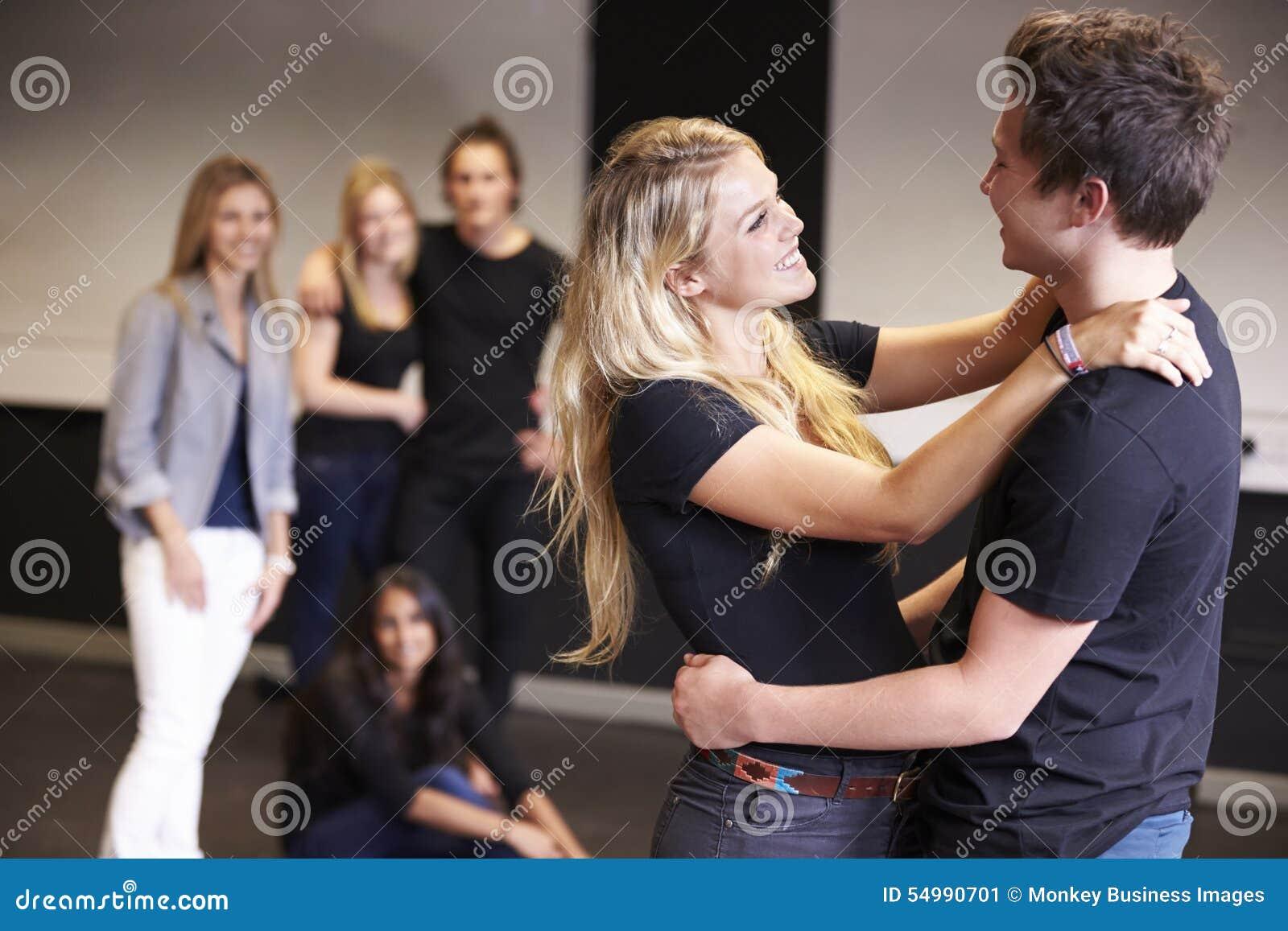 Estudiantes que toman la clase temporaria en la universidad del drama