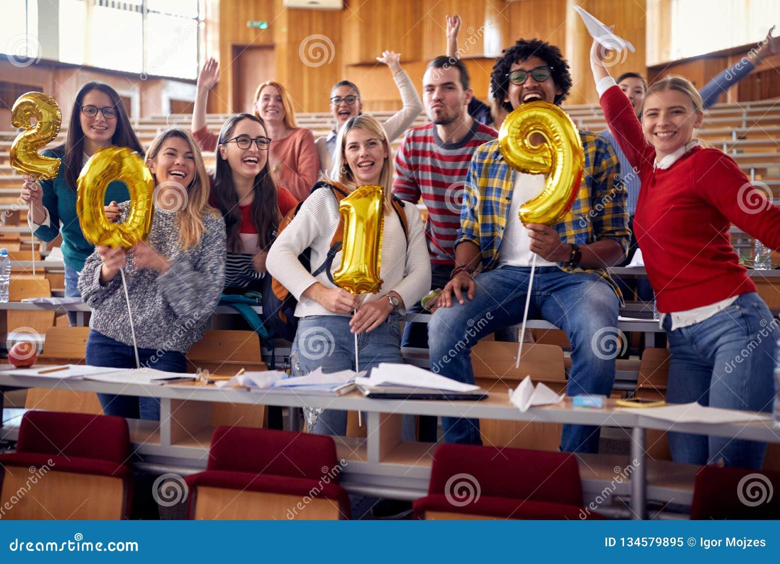 Estudiantes sonrientes que tienen partido en universidad