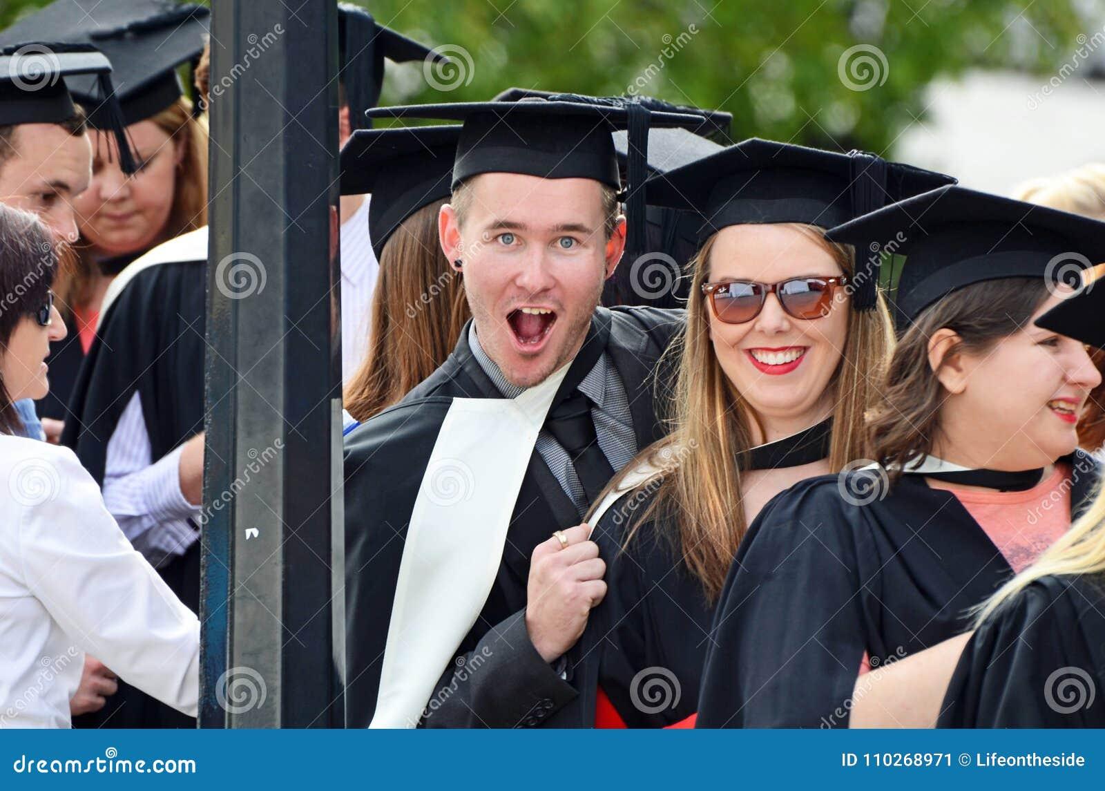 Estudiantes universitarios emocionados felices que gradúan día de graduación