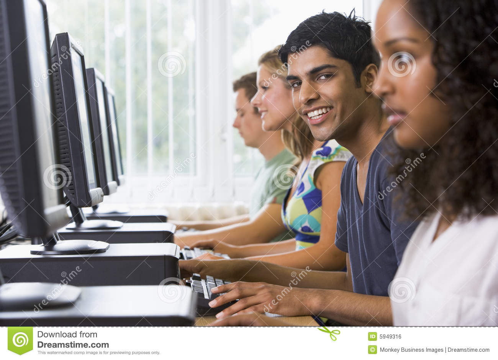 Estudiantes universitarios en un laboratorio del ordenador