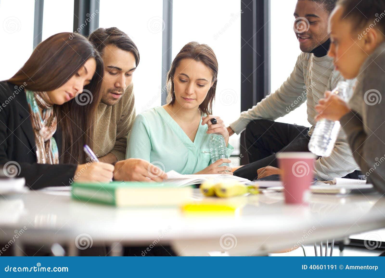 Estudiantes universitarios jovenes que hacen estudio del grupo