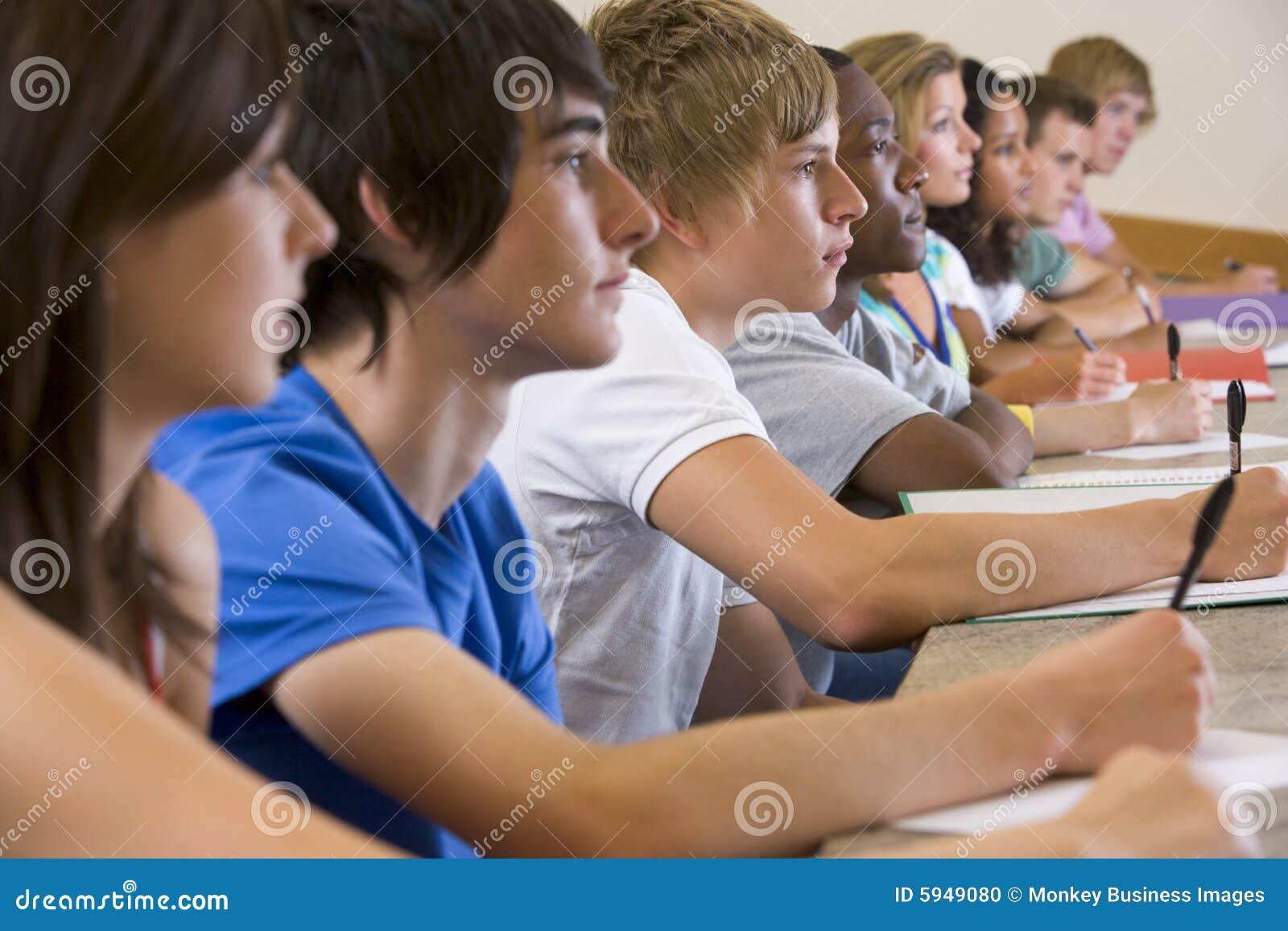 Estudiantes universitarios que escuchan una conferencia de la universidad