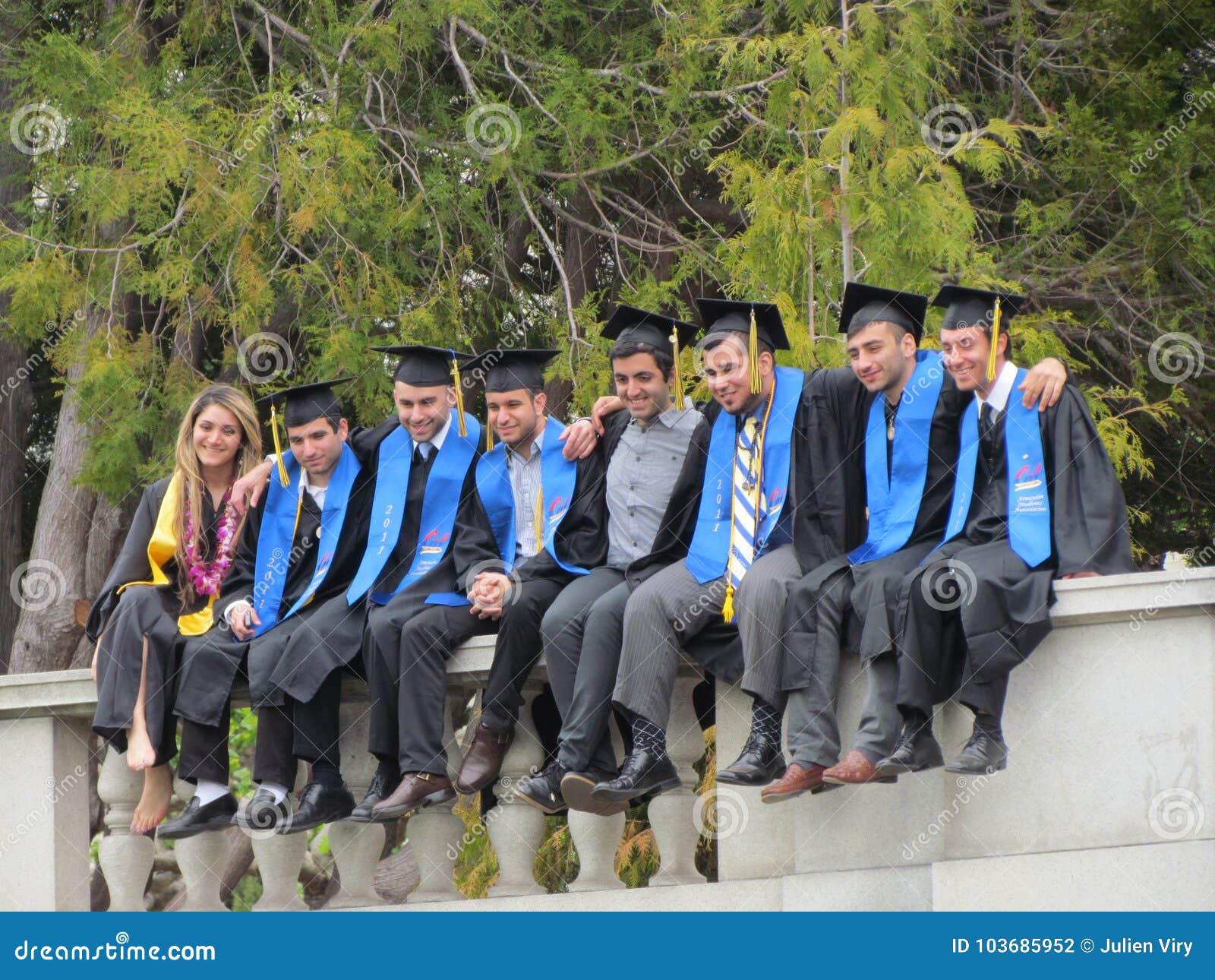 2d50edb58 ... el 15 de mayo de 2011  Estudiantes universitarios que plantean sentarse  en una pared que lleva el vestido académico de la regalía el día de  graduación ...