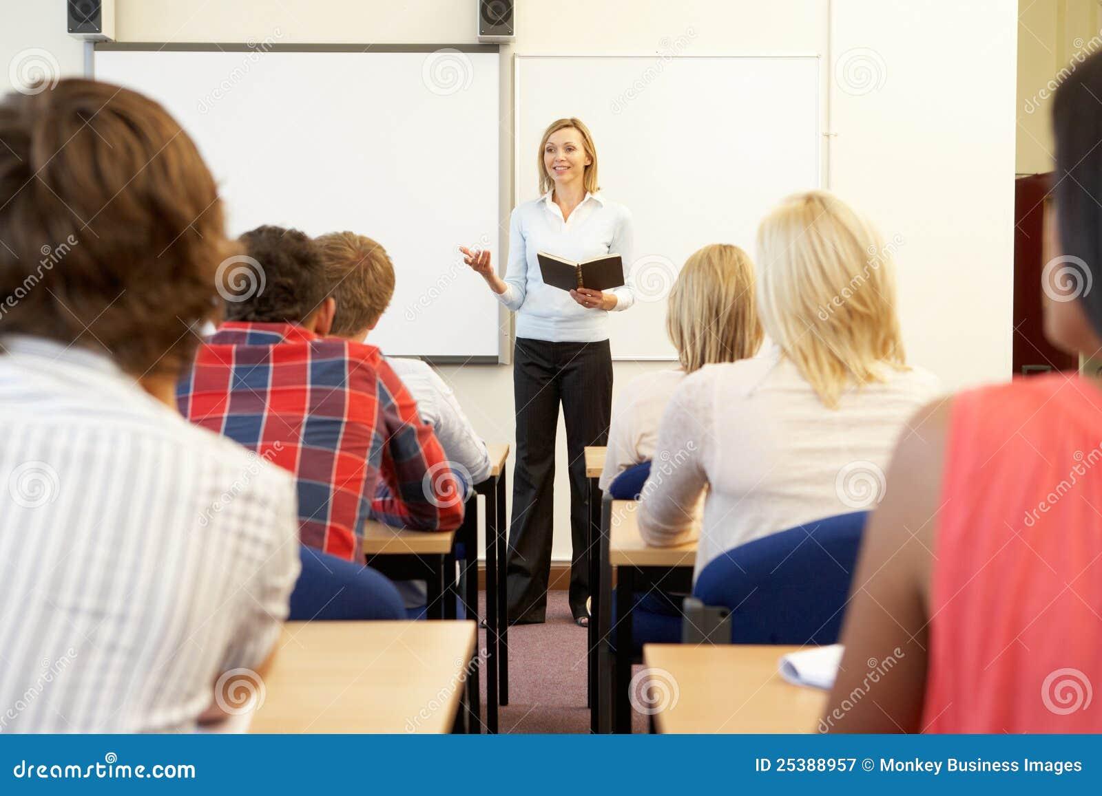 Estudiantes y profesor particular en clase