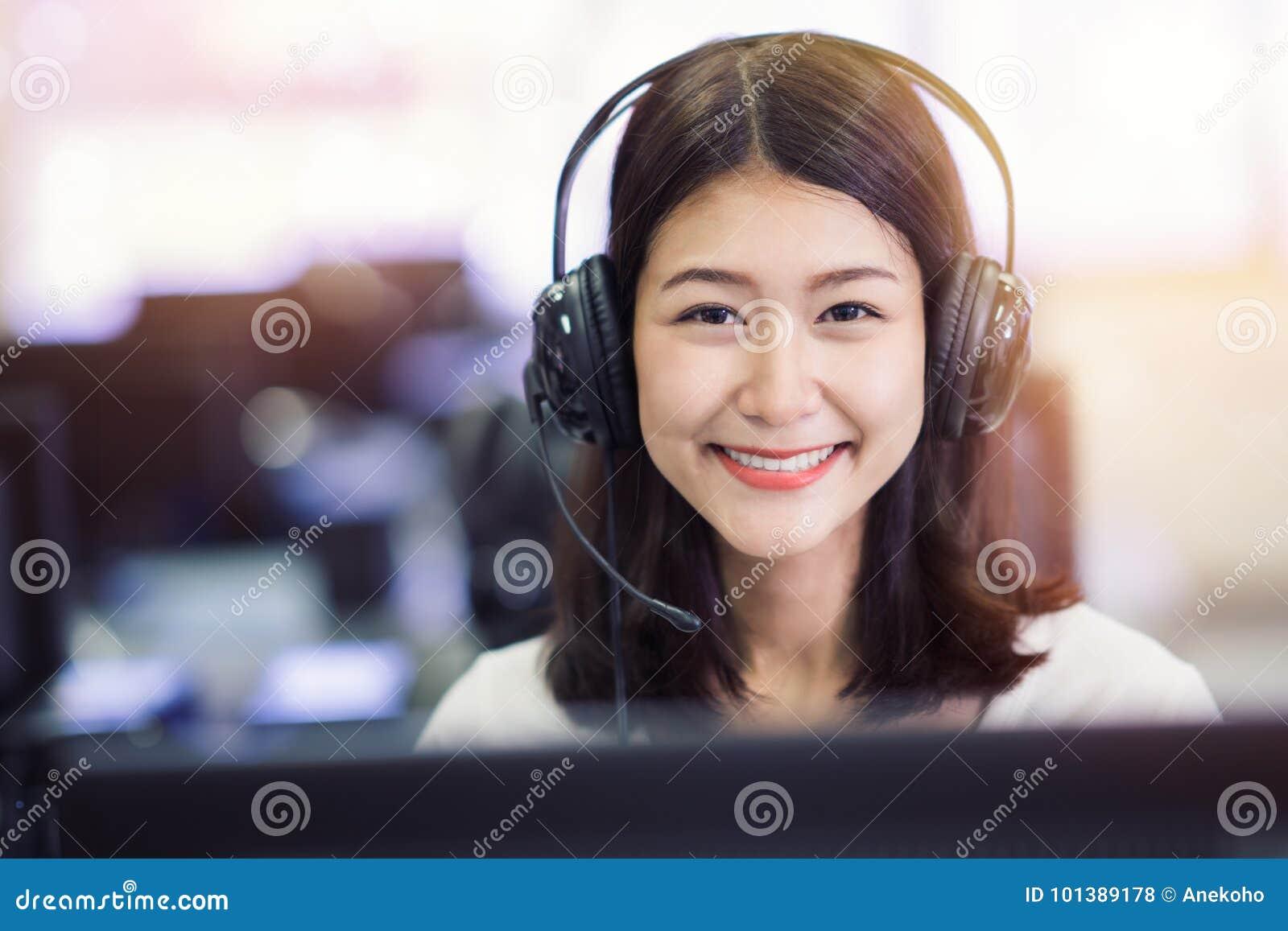 Estudio asiático del estudiante de la señora en laboratorio del ordenador en biblioteca de universidad