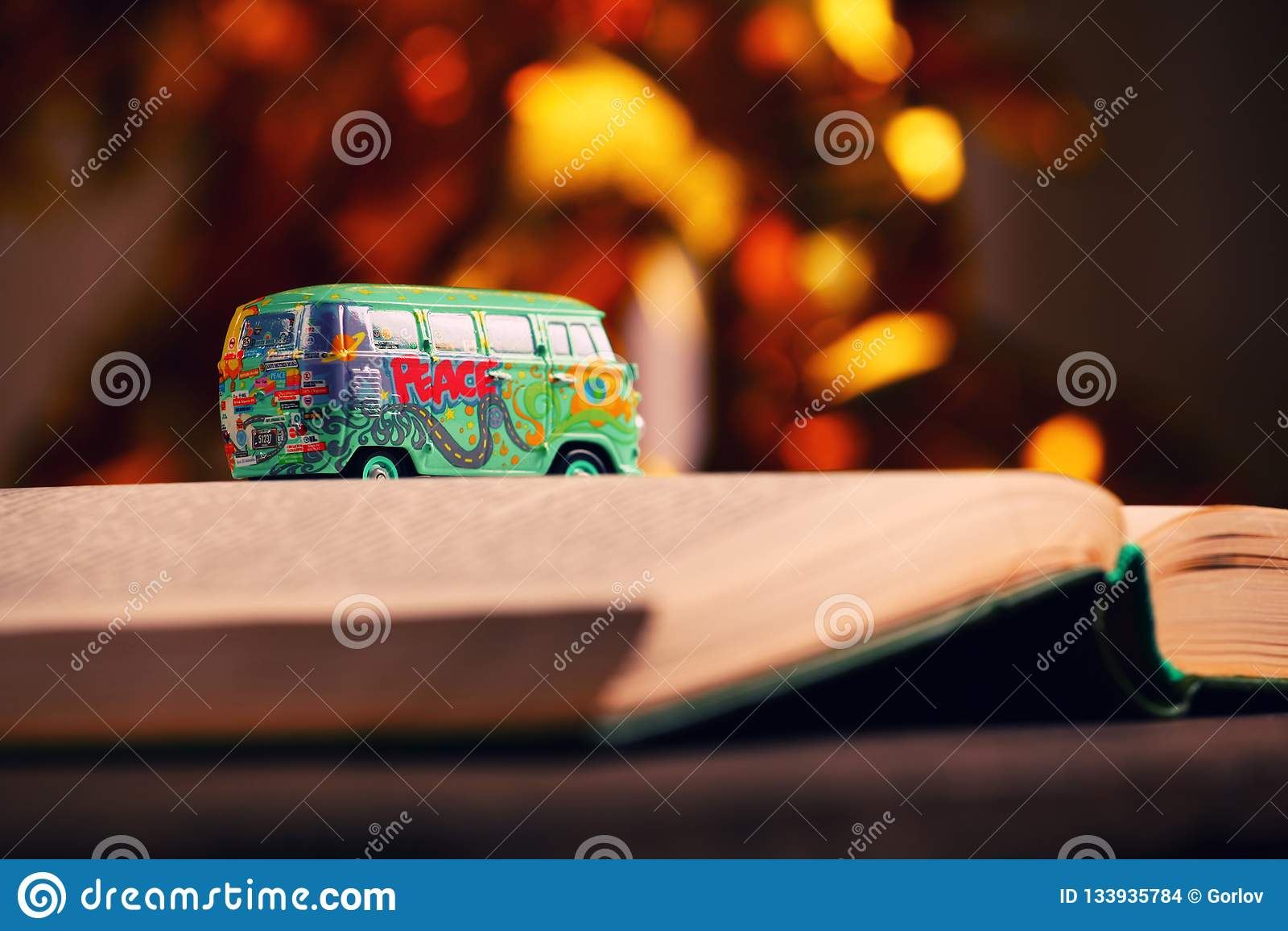 Estudio del bokeh del oro del libro del coche del juguete