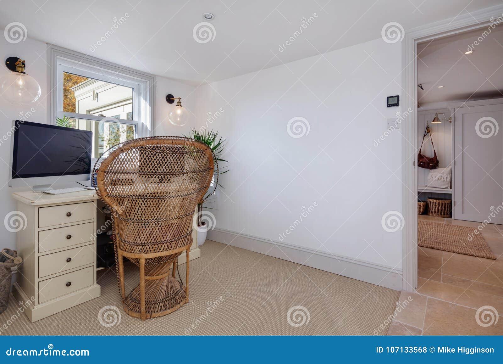 Estudio residencial con la tabla, la silla y el ordenador