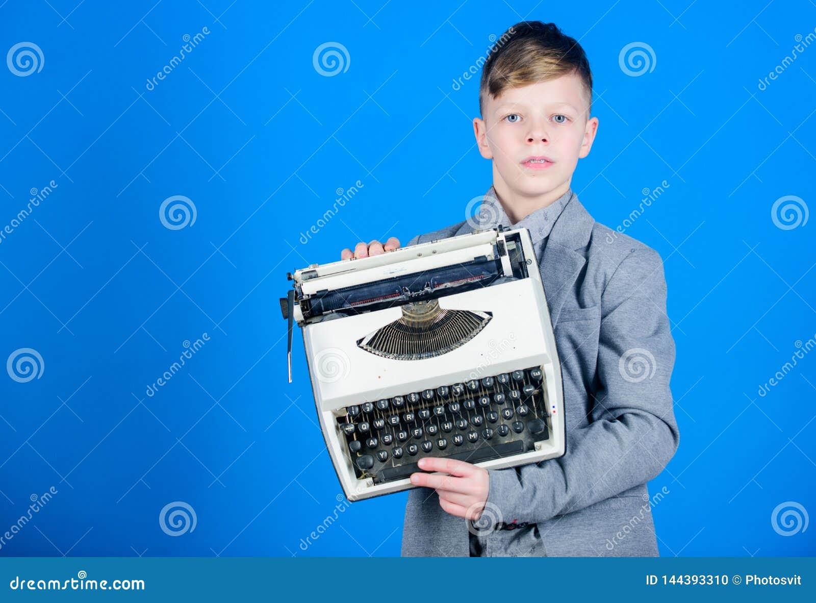 Estudio retrospectivo M?quina de escribir retra del control del muchacho en fondo azul Qu? a hacer con esta cosa Anticuado Necesi