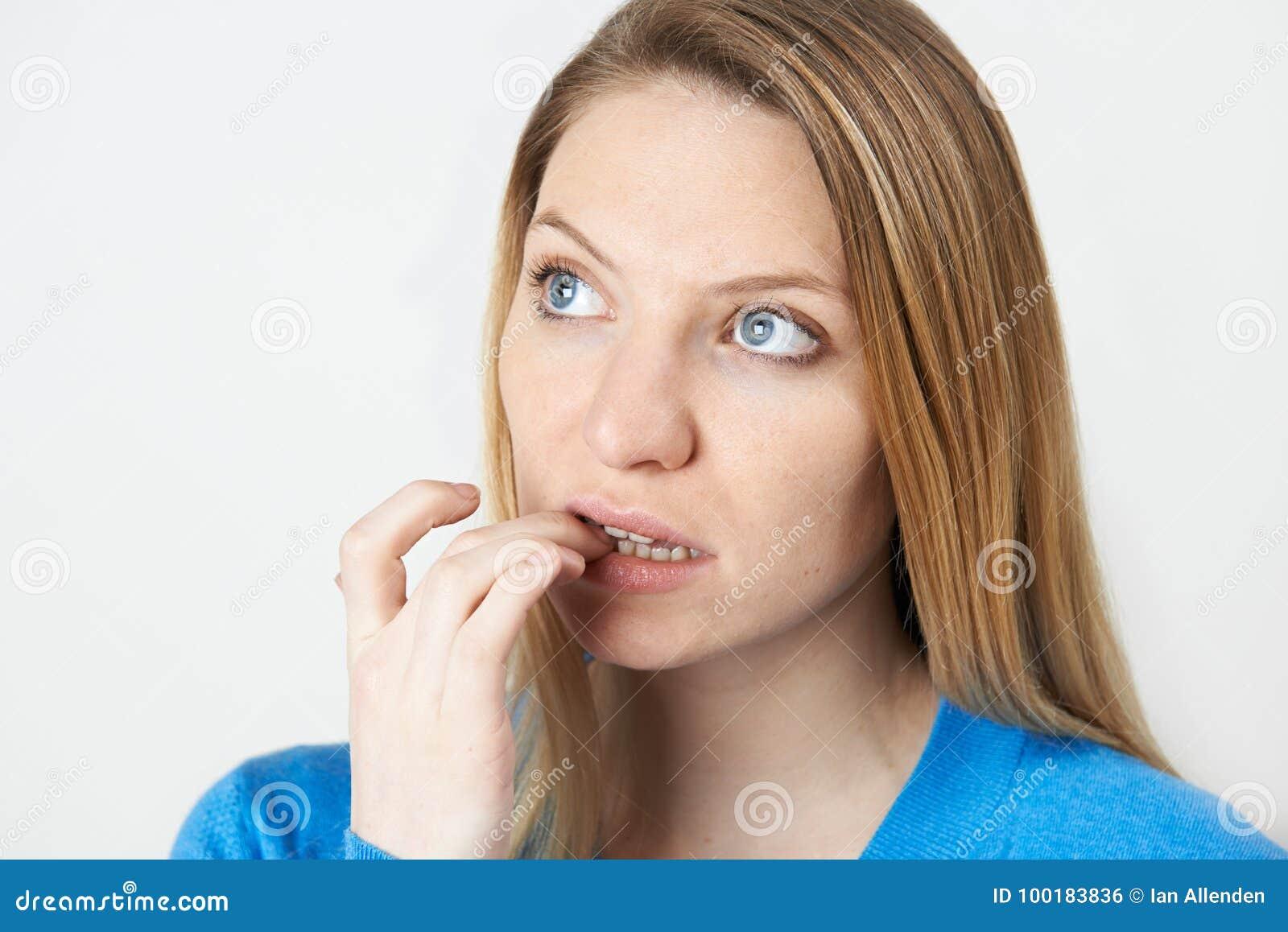 Estudio tirado de clavos penetrantes de la mujer nerviosa