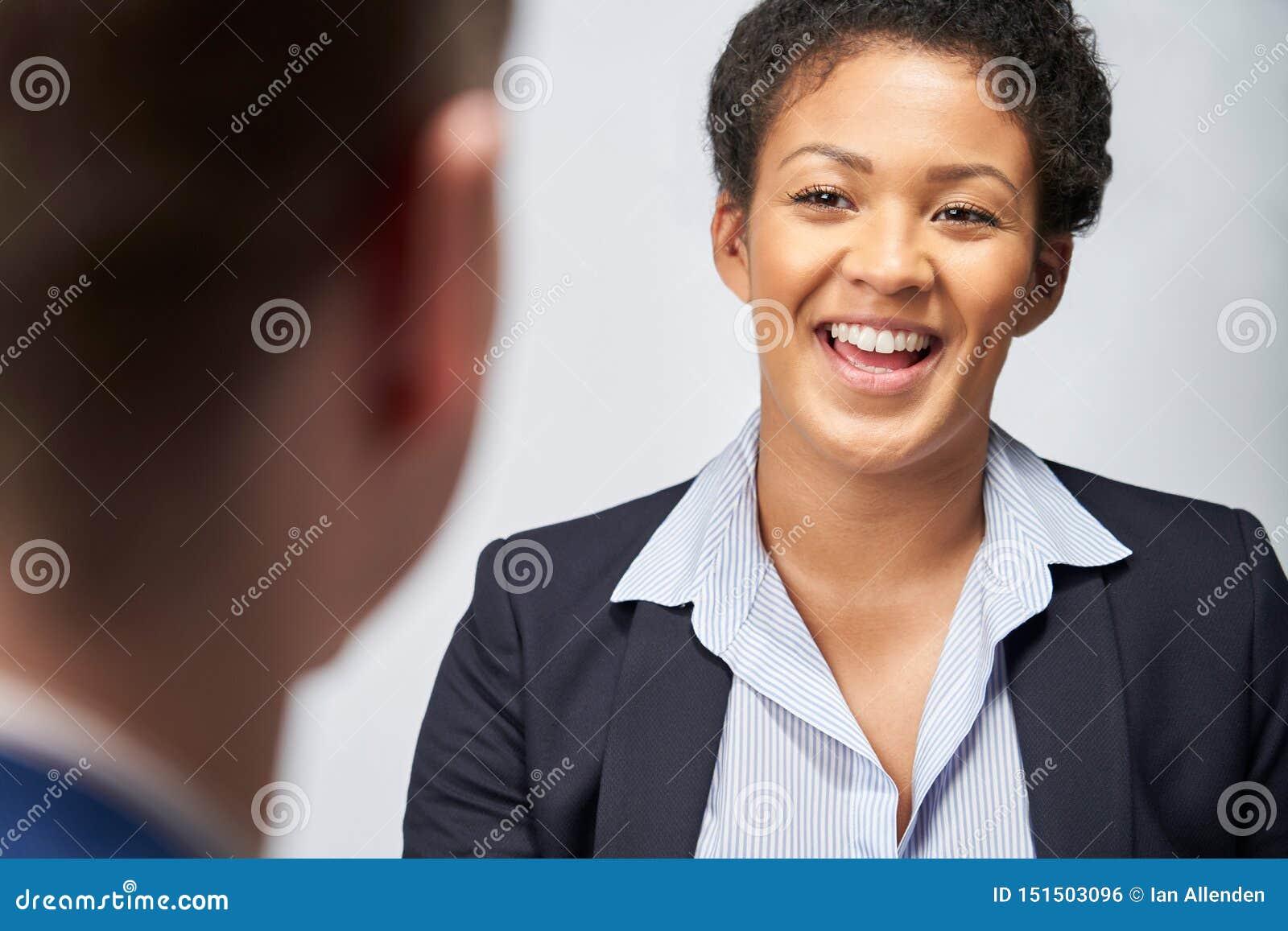 Estudio tirado del empleo de Interviewing Businessman For de la empresaria contra el fondo blanco