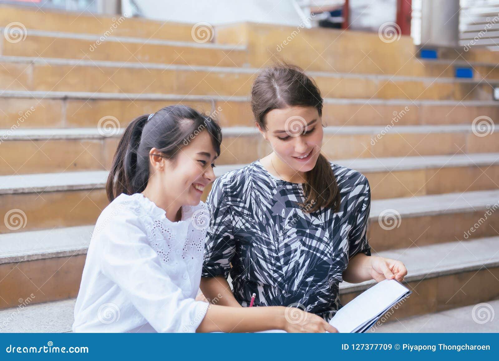 Estudo e tutor da estudante universitário do jovem adolescente para um teste um exame exterior, conceito da educação